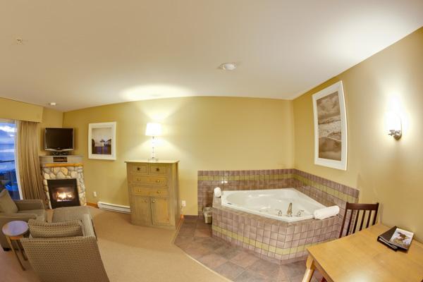 2012-romance_suite_tub-Kingfisher-Resort